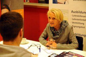 """Ursula Siedenburg von der IHK und Bastian (24) sprechen bei der Info-Veranstaltung """"Die zweite Entscheidung"""". Foto: Till Bücker"""