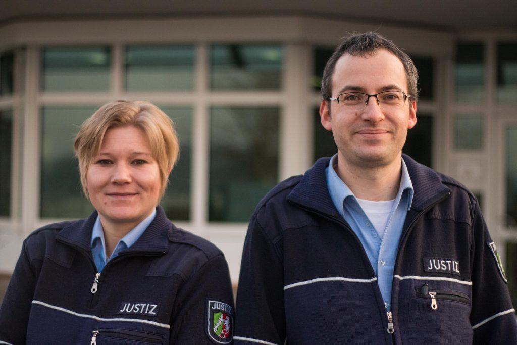 Arbeit hinter Gittern: JVA-Beamtin Kim Stracke mit ihrem Kollegen Christian Balkenhoff.