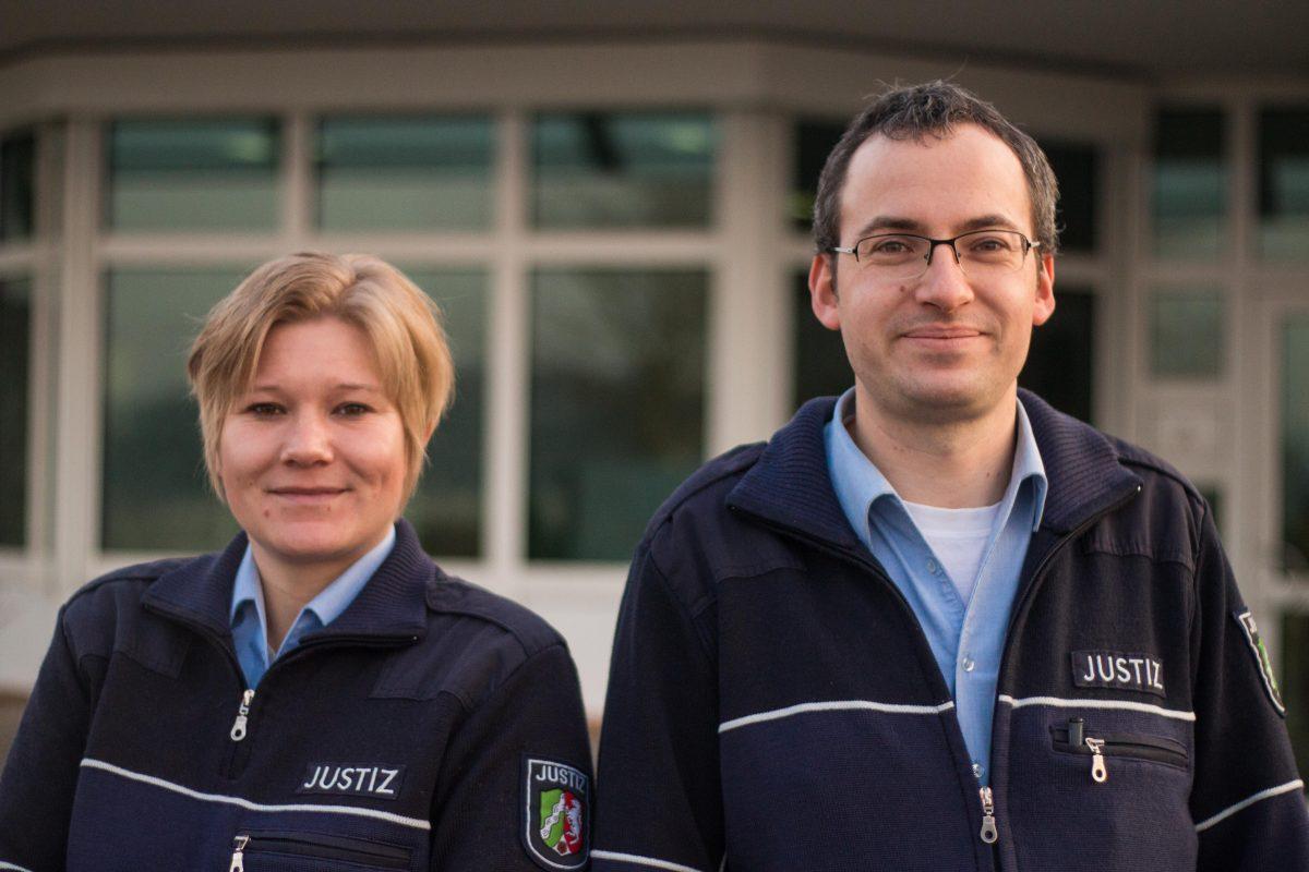 JVA-Beamtin Kim Stracke mit ihrem Kollegen Christian Balkenhoff.