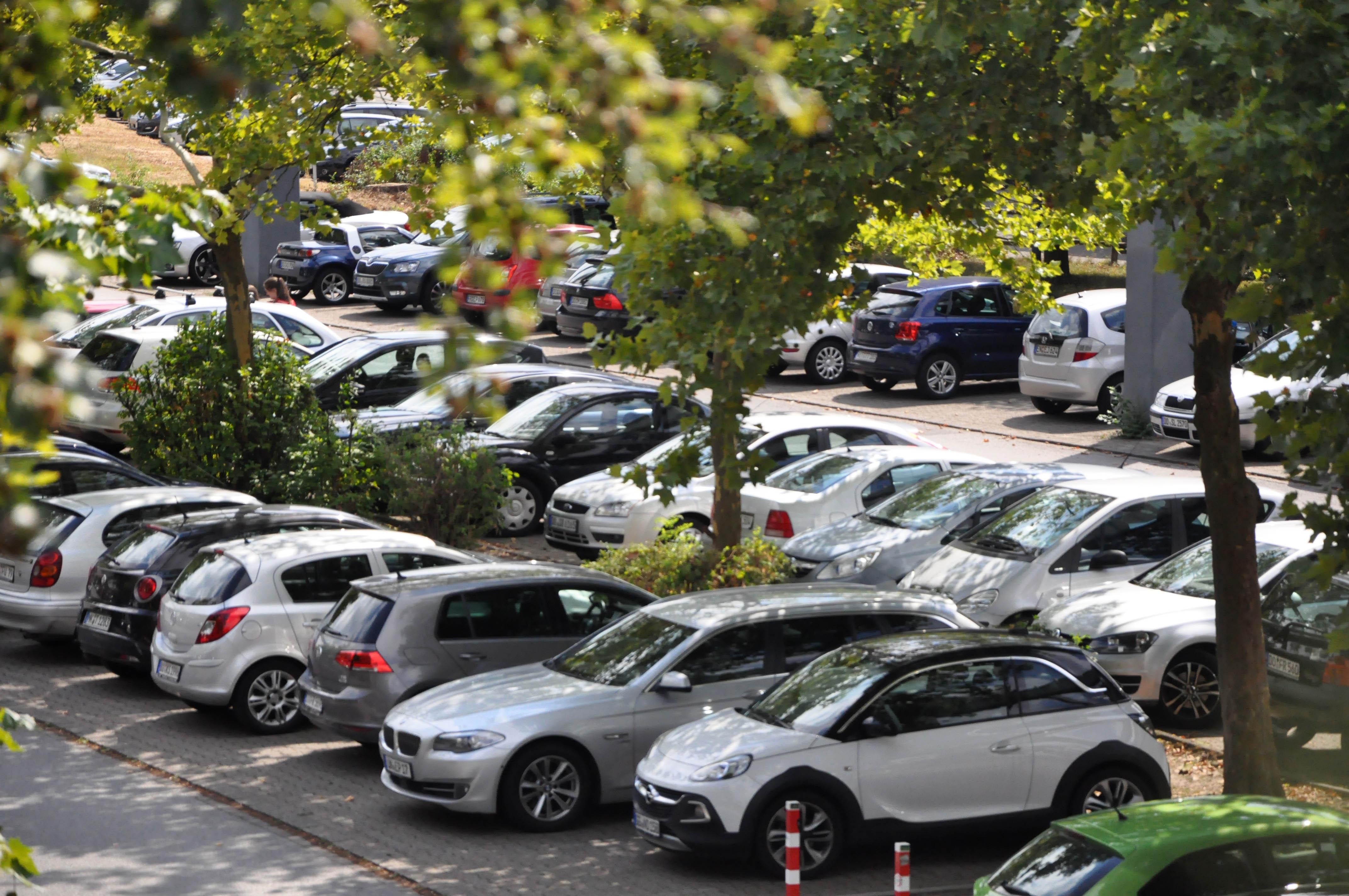 Viele Autos stehen auf dem Uni-Parkplatz. Ein gestiegener Ölpreis könnte Fahrten zur Uni teurer machen.