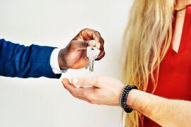 Mann übergibt Wohnungsschlüssel