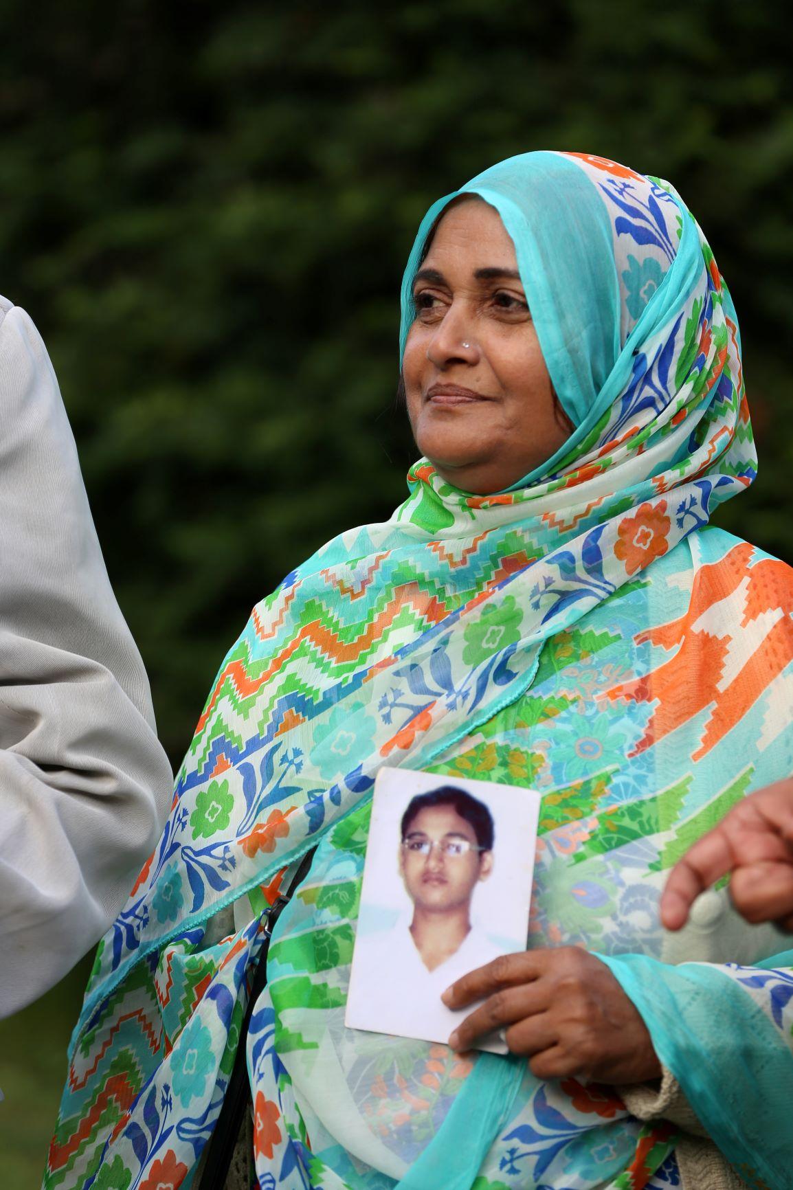 Saeeda Khatoon hält ein Foto ihres 18-Jährigen Sohnes hoch, der im Feuer von Ali Enterprises starb. Bild: Medico International / Holger Priede (via ECCHR)