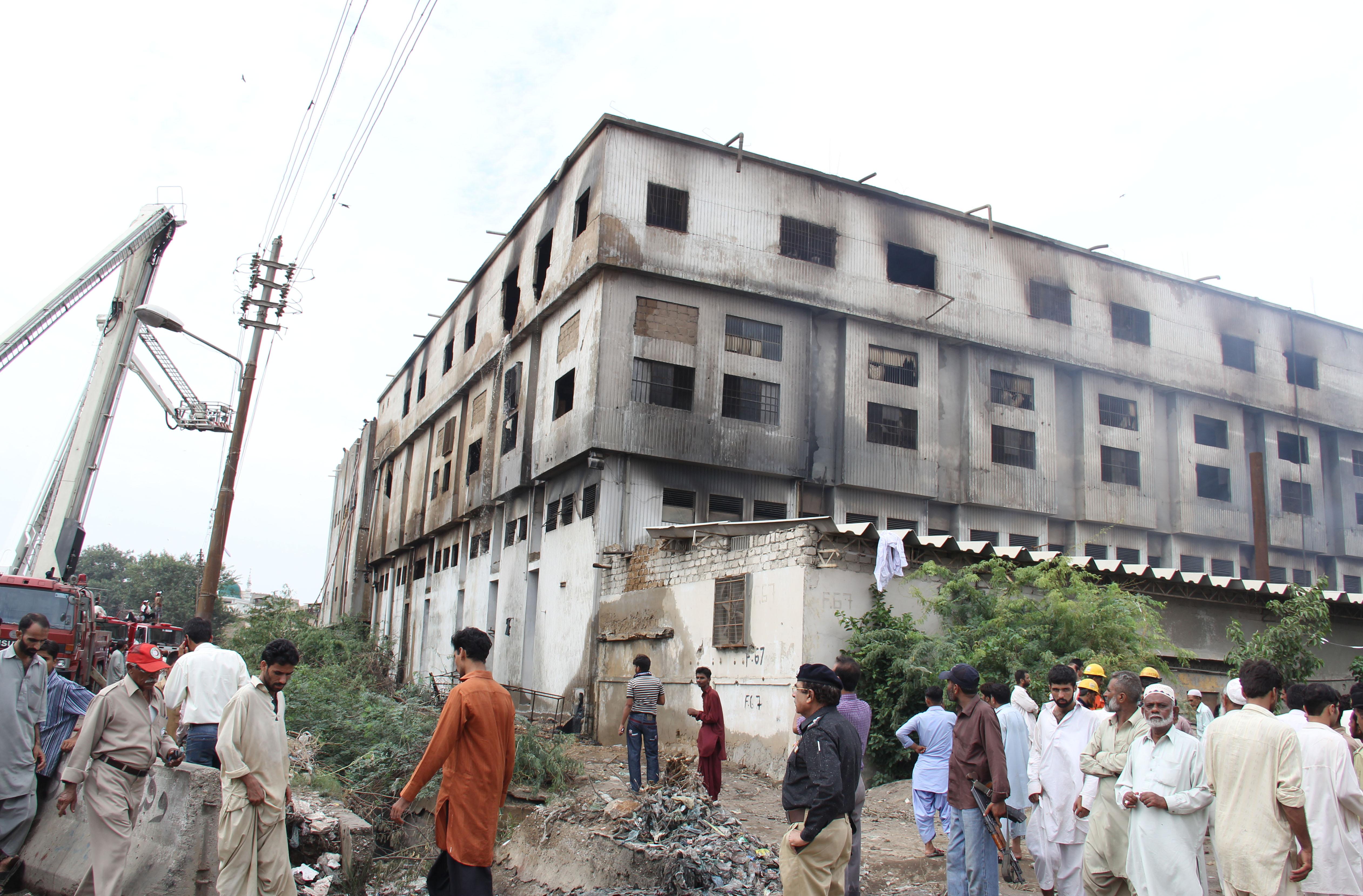 Völlig ausgebrannt: Die Fabrik von Ali Enterprises, in der bei einem Feuer 258 Menschen starben. Bild: ECCHR