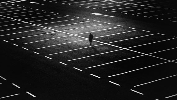 Dominik Bayer fühlt sich von Frauenparkplätzen diskriminiert - und verklagte die Stadt Eichstätt in Bayern. Bild: harutmovsisyan / Pixabay