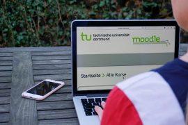 Das Foto zeigt einen Laptop mit Moodle