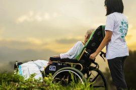 Pflegekräfte in Deutschland klagen oft über Zeitdruck, Arbeitsbedingungen und zu geringe Bezahlung. Foto: Unsplash/truthseeker08
