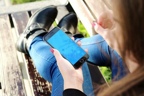 EIne Frau hat ein Smartphone in der Hand.