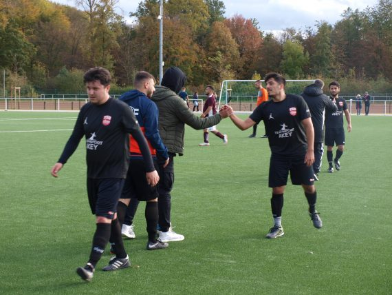 Fußballspieler klatschen sich ab