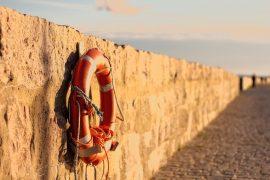 Rettungsring an einer Mauer