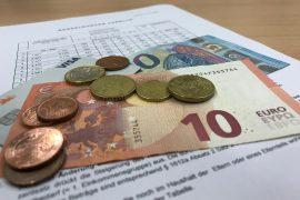 Düsseldorfer Tabelle mit Geldscheinen