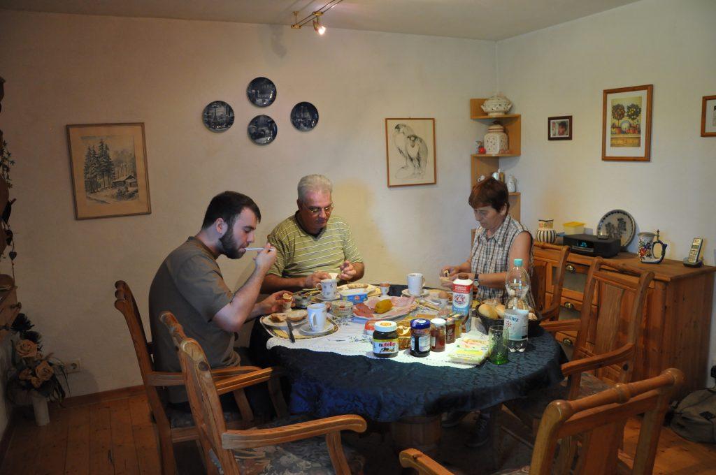 Die Familie Rensing beim Frühstücken in ihrem Jagdhaus bei Trier – natürlich mit einer ordentlichen Wurstplatte