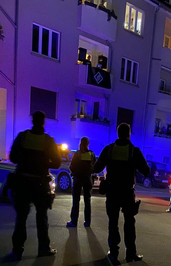 Balkon Konzert mit Polizei