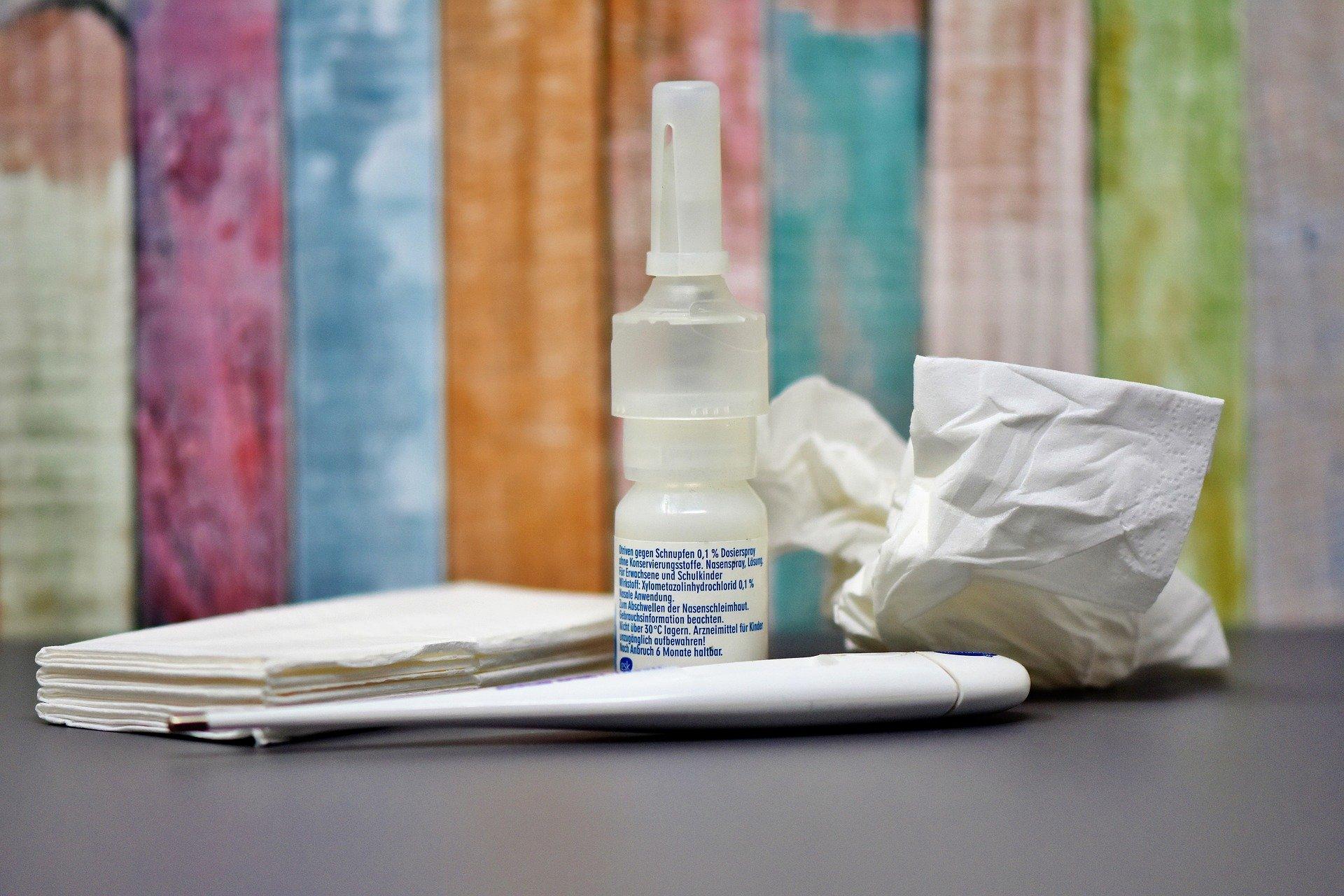 Nasenspray und Taschentücher