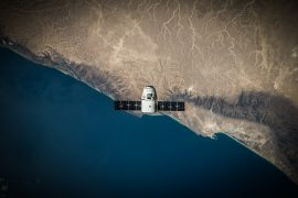 Ein Satellit des Raumfahrtunternehmens SpaceX in der Luft.